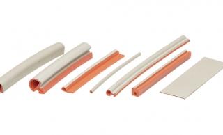 uszczelnienia przewodzące Twin Seal, przewodzące elastomery EMC z domieszką, przewodząca guma EMC z drobinkami, wytłaczany silikon wypełniony opiłkami srebra i miedzi, przewodzące O-ringi, uszczelka ekranujące EMC oraz IP, przewodzący silikon, uszczelka dająca wysoką szczelność środowiskową,